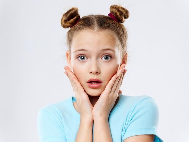 Bambina che posa in ritratto, spazio colorato