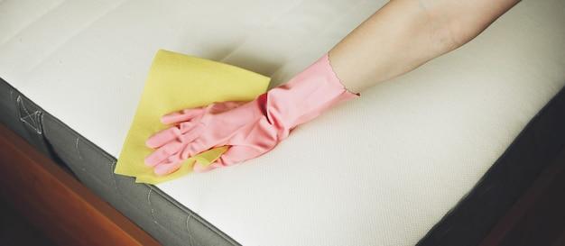 La ragazza pulisce il materasso