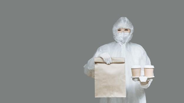 Girl courier consegna un pacchetto di cibo e caffè in quarantena.