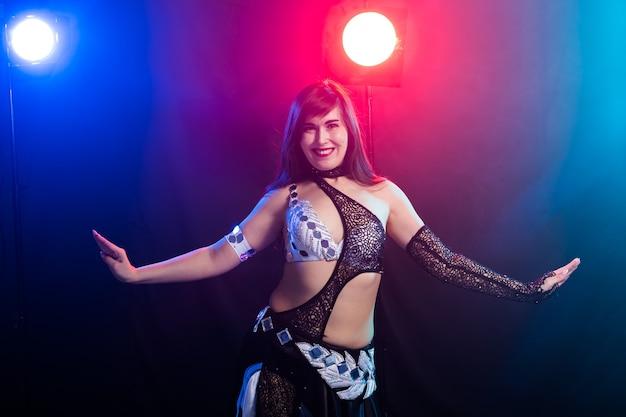 Ragazza che balla la danza del ventre, fusion o tribale. una donna in un bellissimo costume dimostra affascinante e