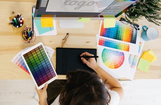 Ragazza che progetta un logo in studio di design