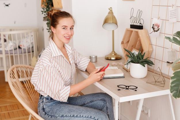 La ragazza al desktop lavora online
