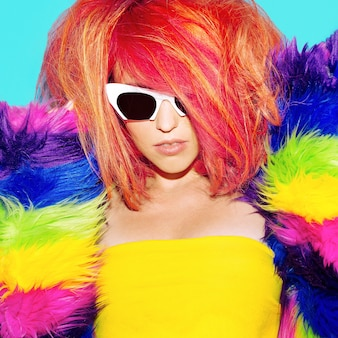 Capelli rossi in stile discoteca da ragazza