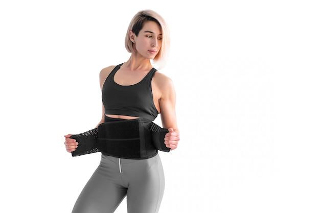 Ragazza che fa dimagrimento cintura posteriore fitness isolato
