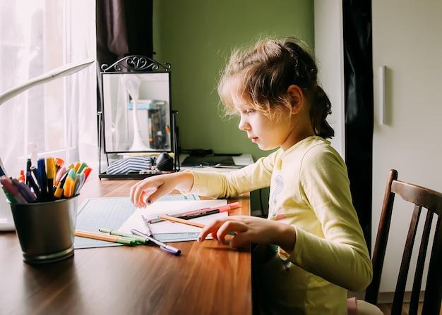 Una ragazza che fa i compiti a casa.
