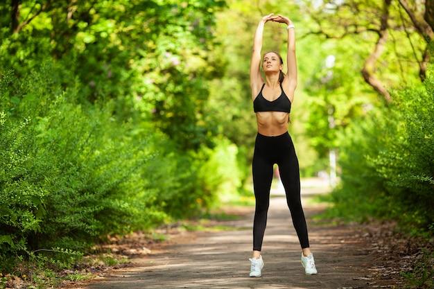 Ragazza che fa sport, giovane femmina che si esercita in un parco
