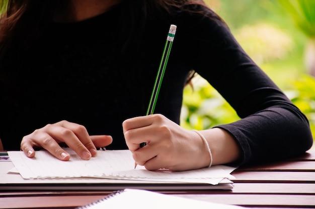 Ragazza che disegna in aula. ragazza studia a casa.
