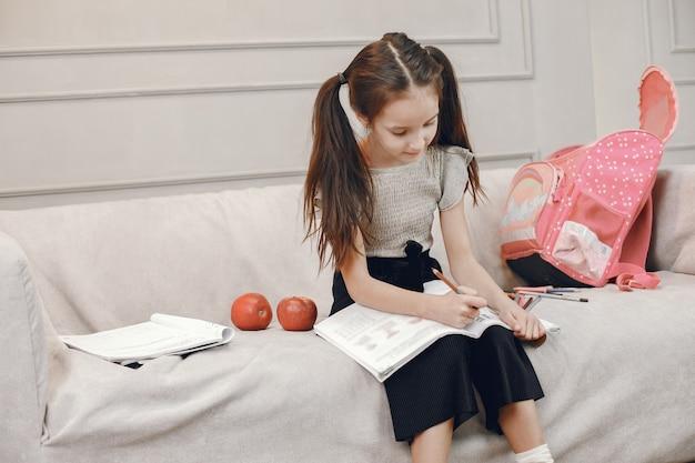 Ragazza che disegna nel libro da colorare. soggiorno. ragazza della scuola.