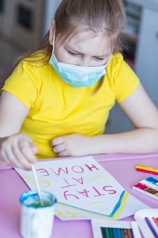 Ragazza che riunisce a casa durante la quarantena. giochi per l'infanzia, arte del disegno, concetto di stare a casa
