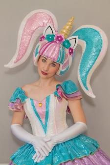 Ragazza vestita da unicorno per una festa per bambini