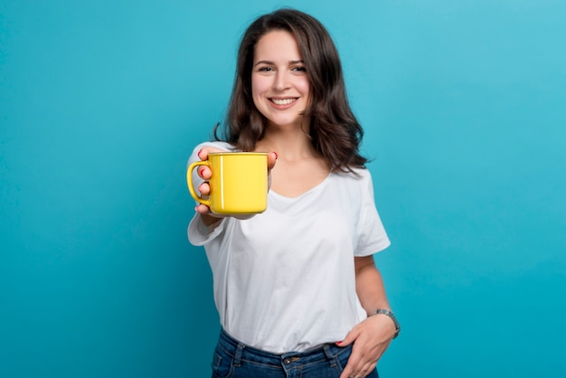 Ragazza che beve caffè Foto Premium