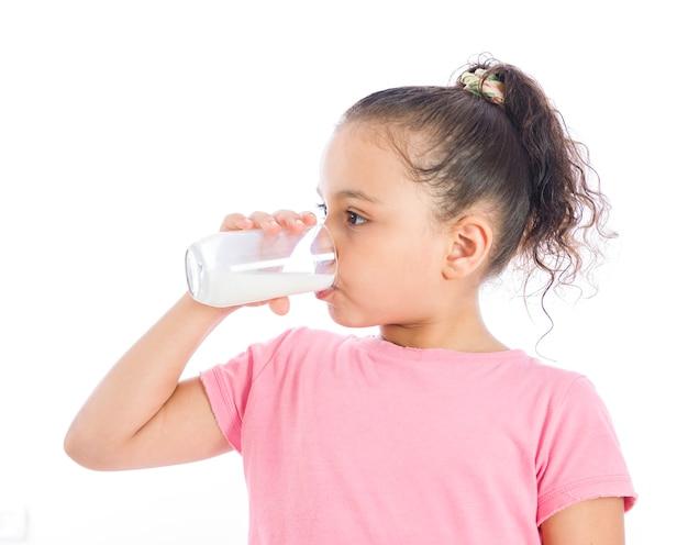Una ragazza che beve un bicchiere di latte