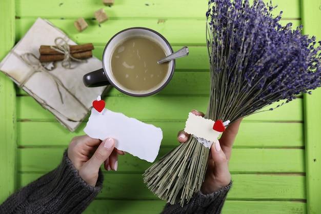Ragazza che beve caffè caldo dalla tazza e sembra presentata a san valentino