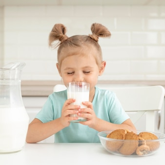 Ragazza che beve latte