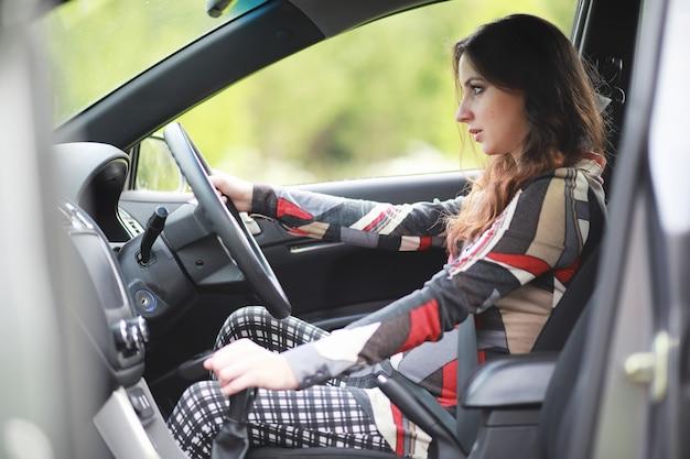 Ragazza alla guida di un'auto brutte emozioni sul viso
