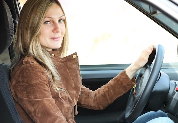 Ragazza alla guida di un'auto