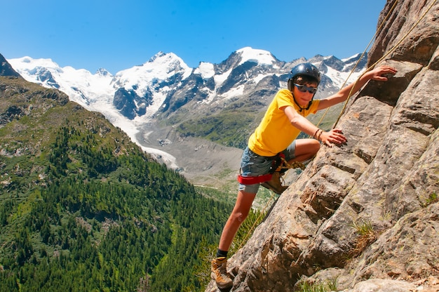 Ragazza durante un corso di arrampicata in alta montagna
