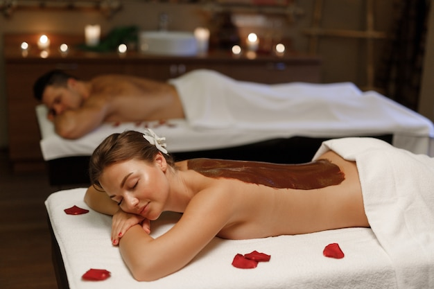 Una ragazza che gode del suo massaggio balinese