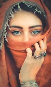 Occhi di ragazza dietro il burqa