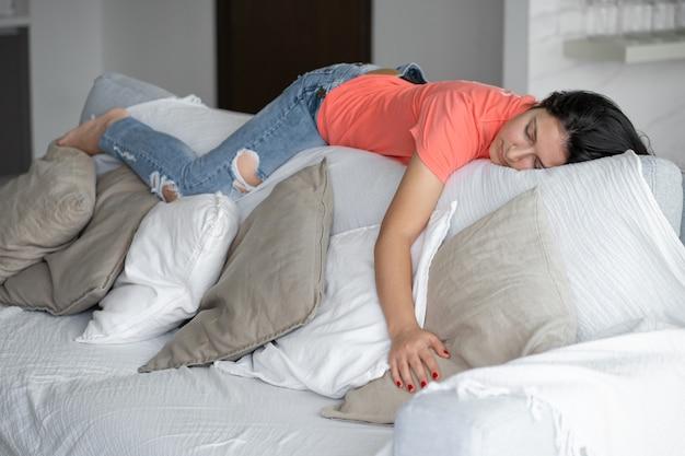 La ragazza si è addormentata in una posizione insolita sullo schienale del divano