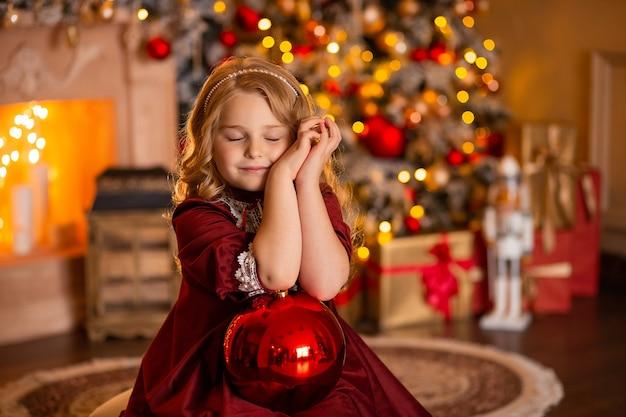 Ragazza in un abito festivo con un regalo