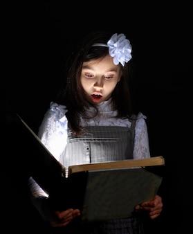 La ragazza ha trovato un libro meraviglioso.