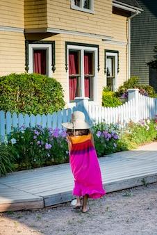 Ragazza di fronte a una casa, avonlea, green gables, prince edward island, canada