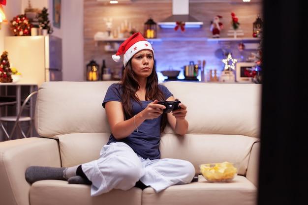 Ragazza giocatore che gioca ai videogiochi online usando il joystick di gioco