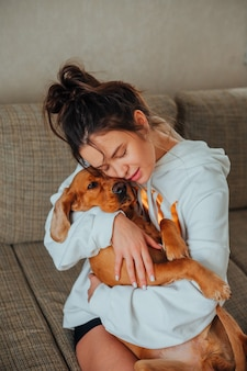 La ragazza ha abbracciato dolcemente il cane cocker spaniel