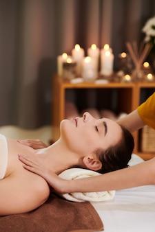 Ragazza che riceve un massaggio termale