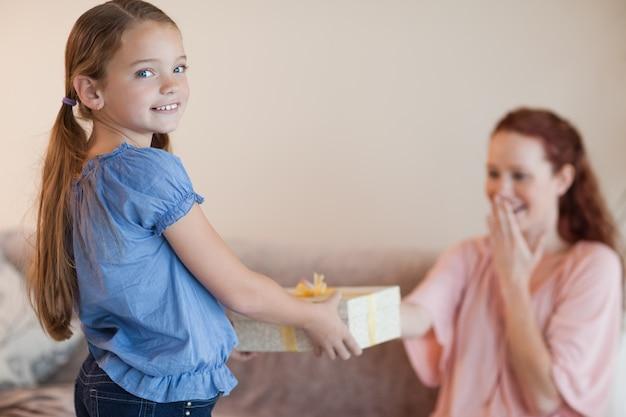 Ragazza dando a sua madre un regalo