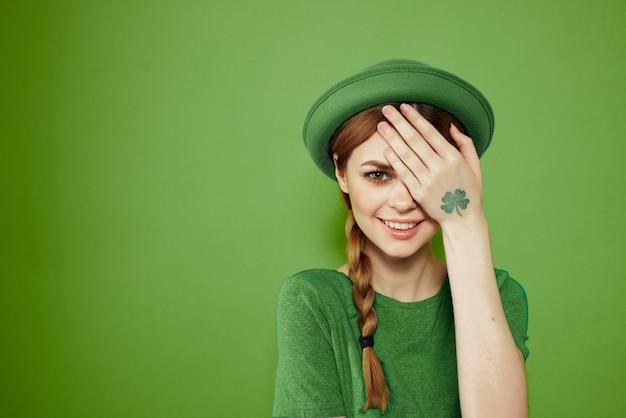 Ragazza in abiti verdi con cappello per il giorno di san patrizio