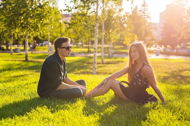 Ragazza e ragazzo nel parco in una giornata di sole