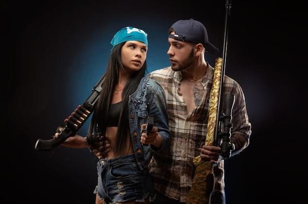La ragazza e un ragazzo con una pistola