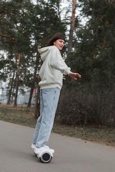 La ragazza sul giroscopio cavalca sulla strada