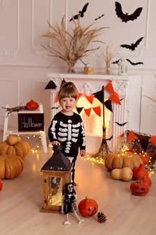 Ragazza in costume da scheletro di halloween