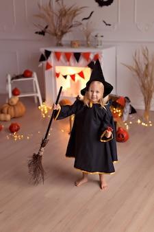 Ragazza in costume da strega di halloween