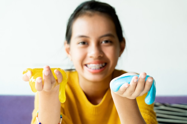 Ragazza mano che tiene giocattolo fatto in casa chiamato melma,
