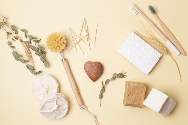 Mani della ragazza con cuore di cocco su flatlay ecologico con prodotti di bellezza ecologici vita senza plastica. foto di alta qualità