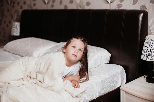 La ragazza si è appena svegliata e attende con curiosità un nuovo giorno.