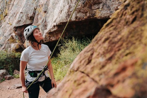 Ragazza sulla trentina che si prepara a scalare una montagna