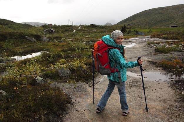 Ragazza escursionista sulle montagne norvegesi