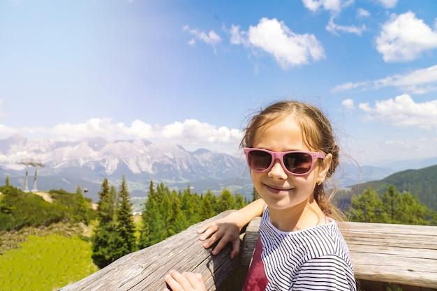 Ragazza che fa un'escursione sulla bella giornata estiva nelle montagne delle alpi austria,