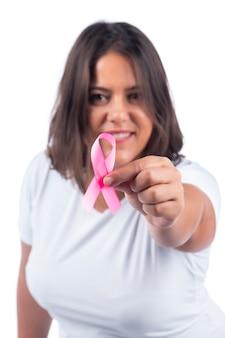 Ragazza con il cancro al seno nastro su uno sfondo bianco sorridente.