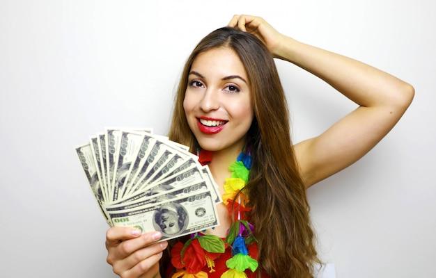 Ragazza con mazzo di banconote di denaro e guardando la fotocamera