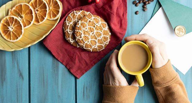 Ragazza con il caffè in mano su sfondo chiaro bokeh. colpo dall'alto. feccia, deliziosa.