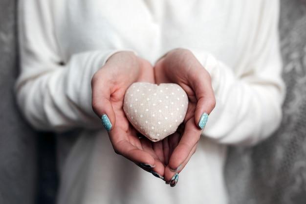 Ragazza con un piccolo cuore adorabile (piccole cose per san valentino)