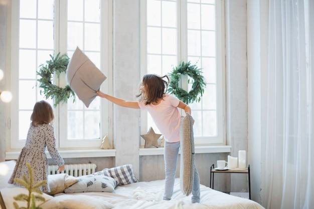 Ragazza a casa nel periodo natalizio