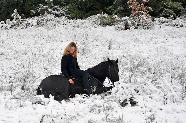 Ragazza e cavallo nella neve