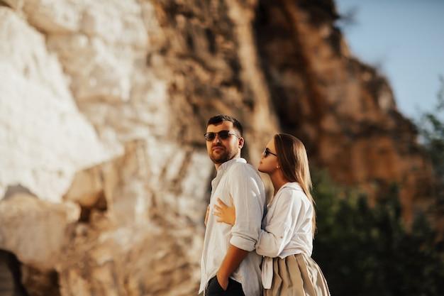 Una ragazza abbraccia il suo ragazzo da dietro
